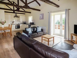 THE STABLES, barn conversion, two double bedrooms, pet-friendly, private patio, near Masham, Ref 920052 - Masham vacation rentals