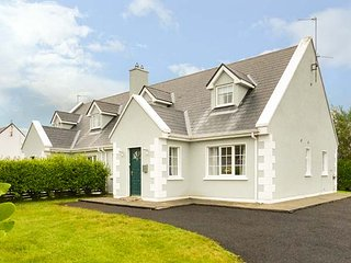 7 LATHEANMOR COURT, pet-friendly, lawned garden, walks from the door, Belmullet, Ref 932803 - Belmullet vacation rentals