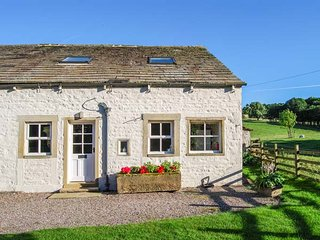 THE NOOK BANK NEWTON, 17th century cottage, enclosed garden, WiFi, walks from the door, Gargrave, Ref 934364 - Gargrave vacation rentals