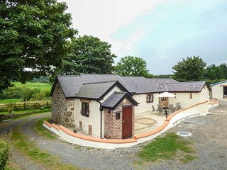 PENTRE BERW, detached barn conversion, WiFi, private patio with BBQ, in Pentre Berw, Ref 938930 - Pentre Berw vacation rentals