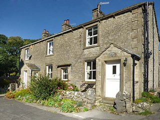 LAVENDER COTTAGE, stone-built, woodburner, WiFi, walks from the door, in Threshfield, Ref 918240 - Threshfield vacation rentals