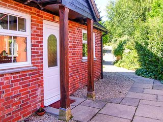 GRIST MILL COTTAGE, single-storey, en-suite, woodburner, WiFi, near Fontmell - Fontmell Magna vacation rentals