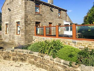 QUARRY BANK HOUSE, detached, woodburning stove, hot tub, WiFi, near Oxenhope, Ref 919292 - Oxenhope vacation rentals