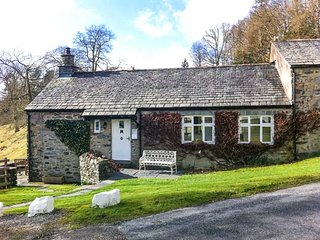 DOVE COTTAGE, on-site facilities, shared grounds, beautiful scenery, charming cottage on Graythwaite Estate, Ref. 919701 - Hawkshead vacation rentals