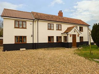 MEADOW VIEW, en-suite, woodburner, pet-friendly, character cottage, near Attleborough, Ref. 920070 - Attleborough vacation rentals