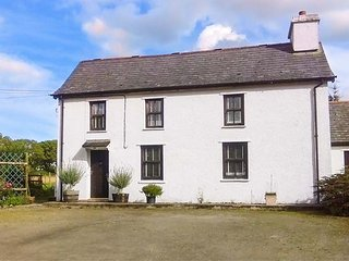 PENLON, detached farmhouse, pet-friendly, WiFi, lawned garden, near New Quay, Ref 920847 - Talgarreg vacation rentals