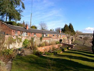THE POTTING SHED, woodburner, WiFi, pet-friendly, set in historic garden, Chirk, Ref. 921236 - Chirk vacation rentals