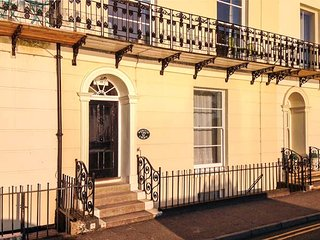NEWTON'S CRADLE, lower ground floor apartment, WiFi, beach across the road, in Tenby, Ref 921689 - Tenby vacation rentals