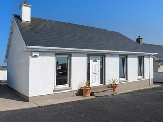 16 SEAVIEW PARK, detached bungalow, en-suite, pet-friendly, WiFi, in Ballycotton, Ref 938039 - Ballycotton vacation rentals