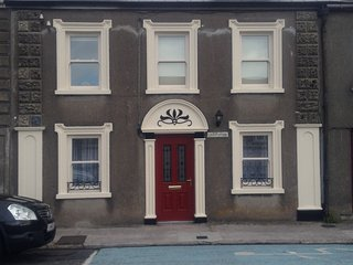 Brownes Townhouse, New, fab patio,garden,town ctre - Dungarvan vacation rentals