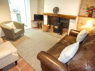 APPLE TREE COTTAGE, terraced, woodburner, WiFi, pet-friendly, enclosed patio, in Shillingstone, Ref 925256 - Shillingstone vacation rentals