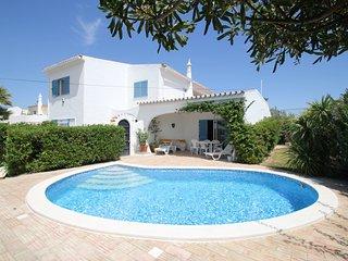 4 bed villa - heated pool, sea views ,free wi-fi - Albufeira vacation rentals