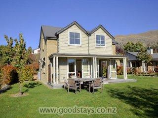 Cozy 3 bedroom House in Wanaka with Deck - Wanaka vacation rentals