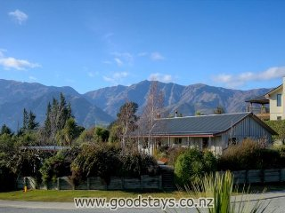 Perfect 3 bedroom Lake Hawea House with Deck - Lake Hawea vacation rentals