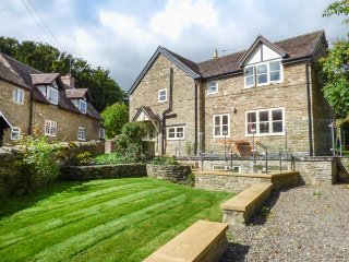 NUMBER FIVE CARDINGTON, semi-detached, private courtyard, woodburner, off road parking, in Cardington, Ref 943175 - Rushbury vacation rentals