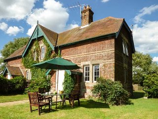 FERRY COTTAGE, semi-detached on working farm, pet-friendly, woodburner, garden, Orford, Ref 918137 - Orford vacation rentals
