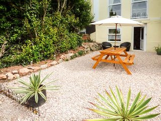 FLAT 9 open plan studio accommodation, WiFi, close to amenities, parking, in Torquay, Ref 929186 - Torquay vacation rentals
