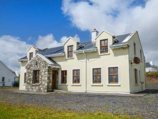 ISLAND VIEW, solid fuel stove, en-suites, pet-friendly, in Corraun, Achill Island, Ref 933675 - Achill Island vacation rentals