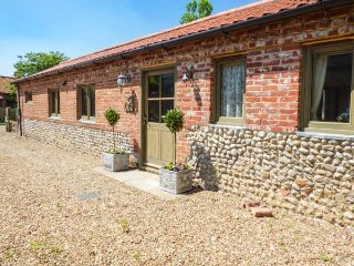 WALNUT BARN, open plan, ground floor, woodburner, WiFi, in Holt, Ref 933774 - Holt vacation rentals