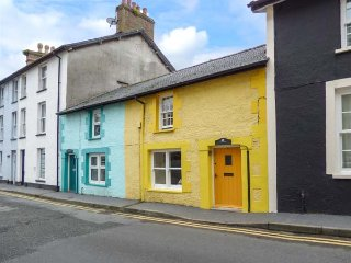 THE JOLLY ROGER, former fisherman's cottage, WiFi, decked area, shop and pub 5 mins walk, in Aberdovey, Ref 935608 - Aberdovey vacation rentals