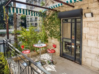 SMART AND SLICK 2 BEDROOM 2 BATHROOM - Jerusalem vacation rentals
