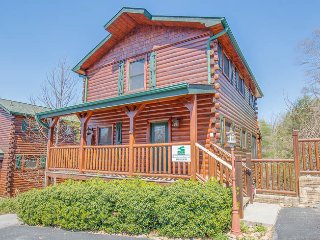 Bear Creek Theater Lodge, comfortably sleeps 18! - Gatlinburg vacation rentals