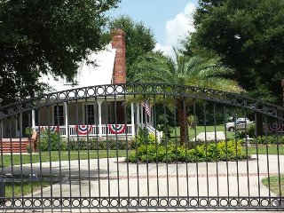 Beautiful Cottage with Housekeeping Included and Television - Oviedo vacation rentals