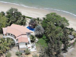 MAISON - PIEDS DANS L'EAU -Piscine et plage privée - Nianing vacation rentals