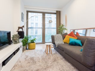 Stunning Oak Square Apartment with Balcony - London vacation rentals