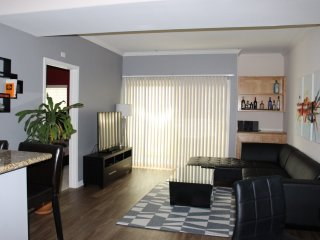 Central 2 bed 2 bath near the Grove - Los Angeles vacation rentals