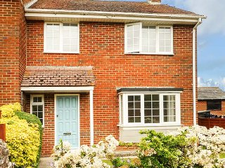 LEAP HOUSE, semi-detached, woodburner, enclosed garden, WiFi, in Wareham, Ref 931090 - Wareham vacation rentals