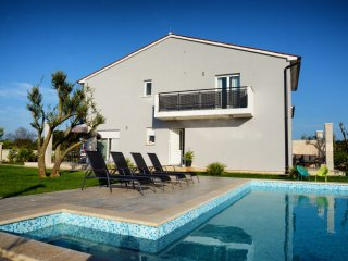 Beautiful villa with heated pool, 400 m from sea - Banjole vacation rentals