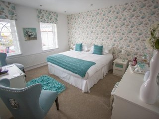 Queen bee and b - The Laura Ashley Double Rm - Merthyr Tydfil vacation rentals