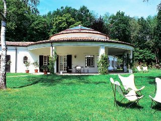 Spacious 6 bedroom Villa in Dormelletto - Dormelletto vacation rentals