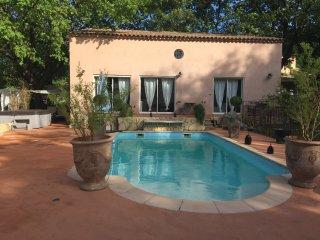 charmante villa en provence - piscine et jacuzzi - La Roque-d'Antheron vacation rentals