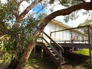 Bright 4 bedroom Anglesea House with Parking - Anglesea vacation rentals