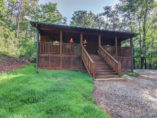 Spacious, dog-friendly cabin with screened-in deck, private hot tub, & firepit - Sautee Nacoochee vacation rentals