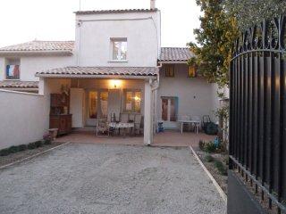 VILLA MITOYENNE,80 m2 ,2 chambres,cour fermée, - Camaret-sur-Aigues vacation rentals