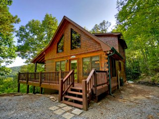 Red Apple Cabin atop the Blue Ridge Mountains Of GA | Spa | Fireplace | 2 acres! - Blue Ridge vacation rentals