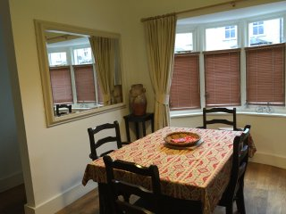 Spacious 2 bedroom Brentford Cottage - Brentford vacation rentals