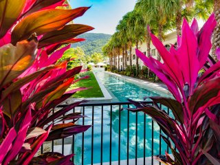 Stunning 2 bedroom apartment with courtyard - 4 pools! - Palm Cove vacation rentals