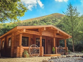WILDERNESS LODGE, woodburning stove, hot tub, terrace, all ground floor, Church Stretton, Ref 935572 - Church Stretton vacation rentals