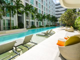 Cozy stay near shopping center w / high speed wifi, gym & stunning pool - Phuket Town vacation rentals