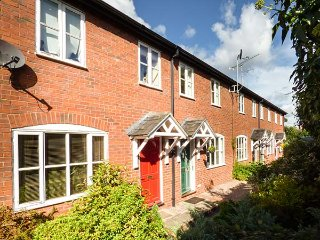 4 ALDELYME COURT, mid-terrace, private enclosed garden, electric gated courtyard, Nantwich, Ref 941583 - Nantwich vacation rentals