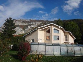 TARA - Splendide appartement esprit chalet - Piscine chauffée - Vue sur Genève - Collonges-sous-Saleve vacation rentals