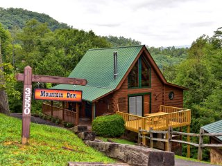 Mountain Dew Cabin } Cozy Authentic Log Cabin - WiFi - Hot Tub - Pet Friendly !! - Pigeon Forge vacation rentals