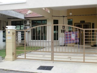 Nice House with Washing Machine and DVD Player - Alor Gajah vacation rentals