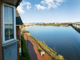 Comfy Cardiff Bay Flat Amazing Water Views, WiFi - Cardiff vacation rentals