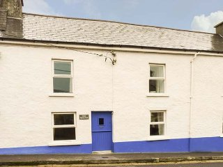 THE PHOENIX, pet-friendly, WiFi, en-suite facilities, open fire, near the - Castletownshend vacation rentals