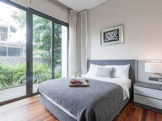 Modern master room EZS-1 with pool - Singapore vacation rentals
